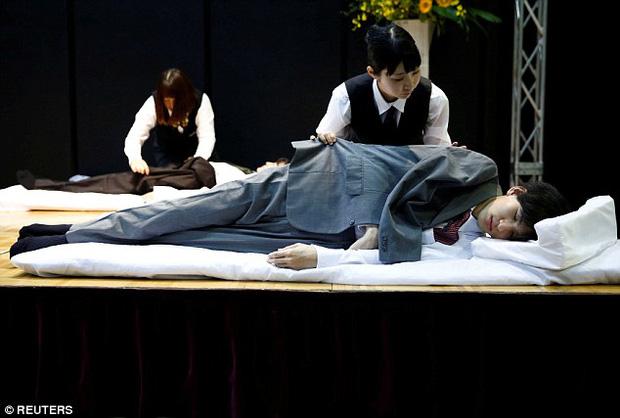 Thi mặc trang phục cho người đã khuất: Cuộc thi đặc biệt, duy nhất có ở Nhật Bản - Ảnh 3.