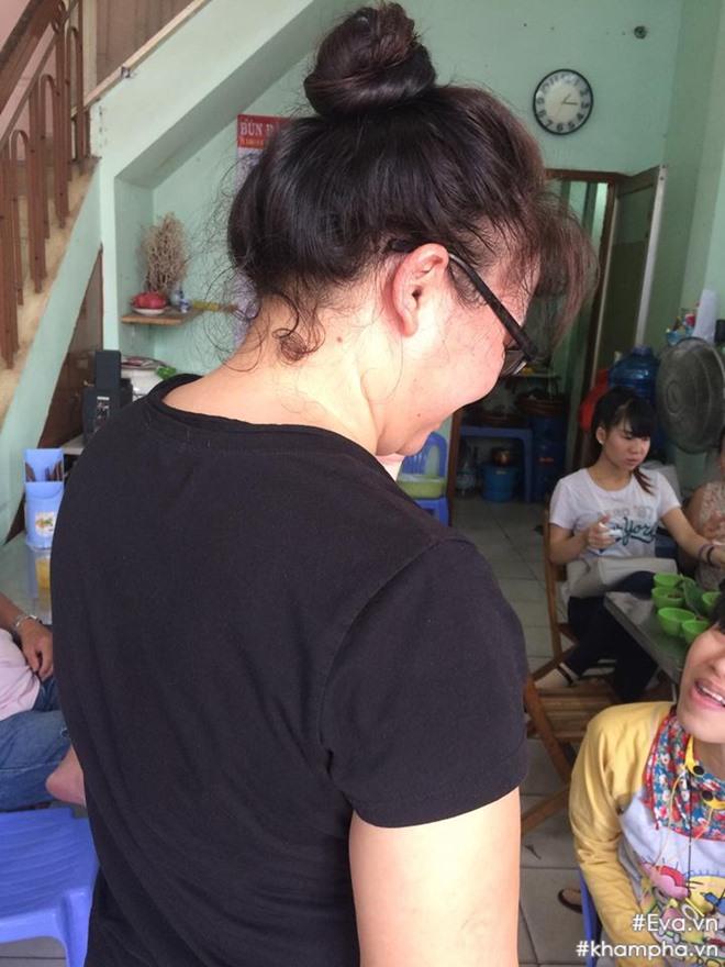 Mẹ Đông Hùng bật khóc trước việc con trai bị chủ nợ hành hung - Ảnh 3.