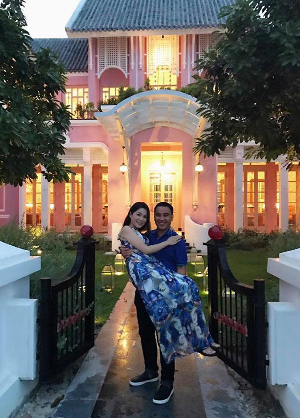 49 tuổi, hai con đã lớn, Quyền Linh và vợ vẫn tình cảm lãng mạn như thuở mới yêu  - Ảnh 3.