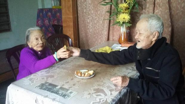 Chuyện tình 70 năm đẹp như giấc mơ của cụ ông trong bức hình tự tay cắt tóc cho vợ - ảnh 3