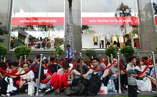 Vì sao người Việt mua áo 'made in Vietnam' 300.000 đồng chê đắt nhưng đội nắng 15 tiếng mua áo H&M 700.000 đồng vẫn khen rẻ? - Ảnh 3.