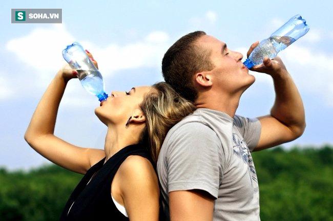 Có nên tái sử dụng chai nhựa không? Câu trả lời khiến nhiều người bất ngờ - Ảnh 3.