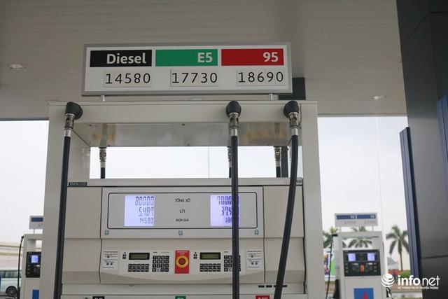 Vừa mở cây xăng đầu tiên ở Việt Nam, đại gia Nhật Bản đã gây sốt: Bán xăng chính xác tới 0,01 lít, lau kính ô tô miễn phí, nhân viên cúi gập người chào khách  - Ảnh 3.