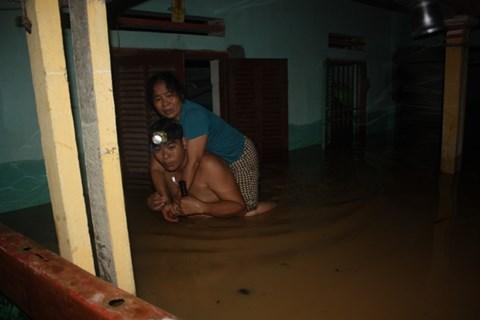 Thanh Hóa: Nước dâng ngập nóc nhà, người dân cõng nhau chạy lũ trong đêm - Ảnh 3.