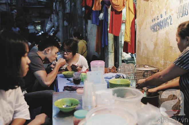 Quán bánh bột lọc 30 năm tuổi phố Ngọc Lâm, quán vỉa hè, mở hàng giờ dị mà vẫn nườm nượp khách - Ảnh 3.