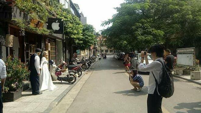 Hình ảnh cô dâu tóc bạc mặc váy cưới trắng, chú rể chống gậy móm mém cười trên phố Hà Nội gây sốt mạng - Ảnh 3.