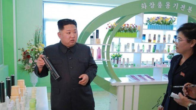 Ông Kim Jong-un dành một ngày vui vẻ đi chơi cùng vợ - Ảnh 2.