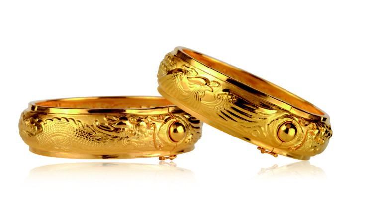 Sao Hàn: Song Joong Ki và Song Hye Kyo lộ hình đan tay tình cảm, đeo quà cưới vòng vàng long phượng