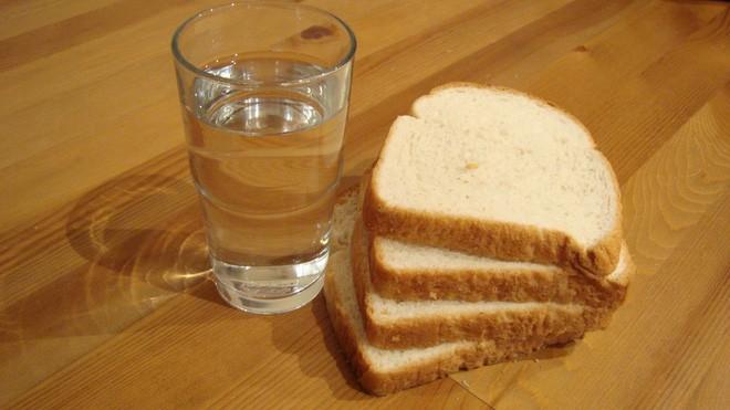 Chúng ta có thể sống sót không, nếu chỉ ăn bánh mì và uống nước lọc? - Ảnh 3.