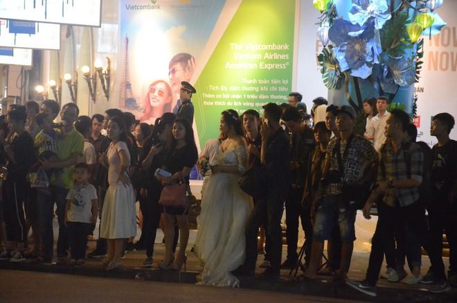Nhiều cô dâu, chú rể bỏ chụp ảnh cưới để xem đoàn xe Tổng thống Donald Trump chạy trên phố Hà Nội - Ảnh 3.