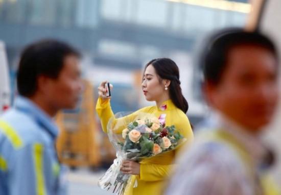 Cận cảnh nhan sắc thiếu nữ tặng hoa Tổng thống Trump ở Hà Nội - ảnh 3