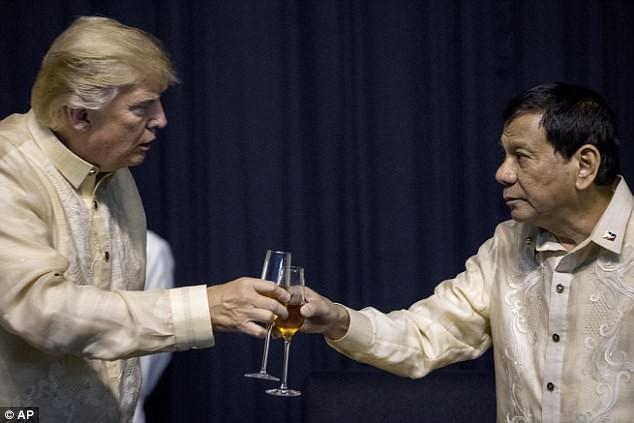 Tổng thống Philippines đón tiếp thân mật, hát cho Tổng thống Trump nghe - Ảnh 2.