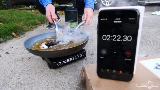 Tẩm bột chiên xù và rán iPhone 8 trong chảo ngập dầu và đây là kết quảl - Ảnh 3.