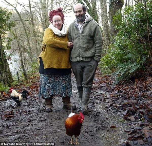 'Dị ứng' với cuộc sống hiện đại, cặp vợ chồng rủ nhau lên rừng dựng nhà - Ảnh 3.
