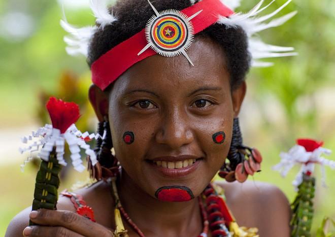 Hòn đảo kỳ lạ: Cứ đến mùa khoai, phụ nữ lại đi săn trai, có những căn lều để ngoại tình thoải mái - ảnh 2