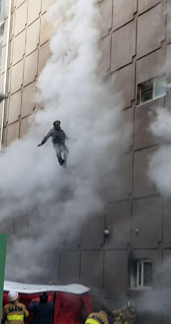 Người đàn ông sống sót kỳ diệu sau khi liều mình nhảy khỏi tầng 4 trong vụ cháy lớn trong lịch sử Hàn Quốc - Ảnh 3.