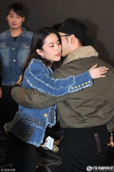 Cô Cô Lưu Diệc Phi hạnh phúc ôm chầm lấy Quá Nhi Huỳnh Hiểu Minh tại sự kiện - Ảnh 3.