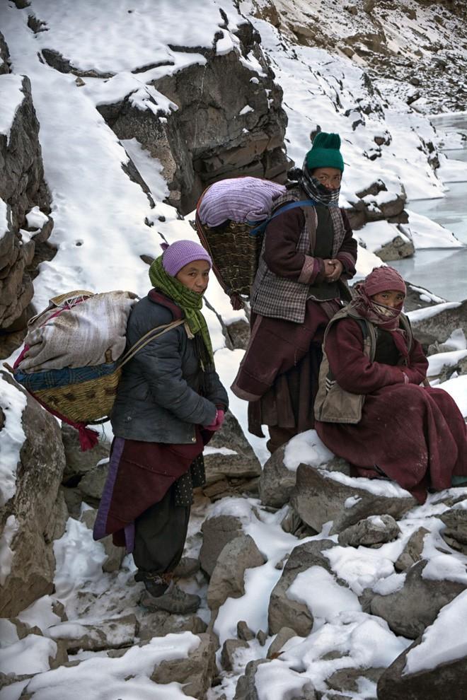 Cuộc sinh nở gian nan của những phụ nữ phải đi bộ suốt 9 ngày trời, trong giá buốt -35 độ mới đến được trạm xá - Ảnh 3.