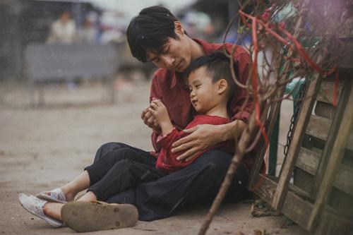 Bộ ảnh gây xúc động về tình cha con với cái Tết của người nghèo - ảnh 7