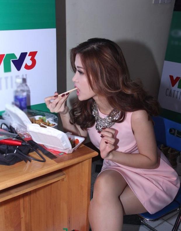Sau sự hào nhoáng bên ngoài của showbiz, vẫn có những sao Việt giản dị đi xe máy, ăn mì tôm giản dị - ảnh 21