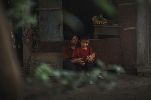 Bộ ảnh gây xúc động về tình cha con với cái Tết của người nghèo - ảnh 8