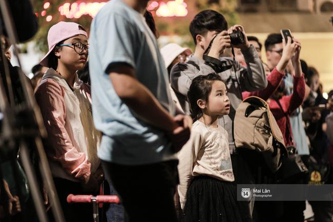 Tối cuối tuần, phố đi bộ Hà Nội vui hơn hẳn với buổi biểu diễn của dàn nhạc giao hưởng London - Ảnh 29.