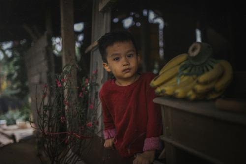 Bộ ảnh gây xúc động về tình cha con với cái Tết của người nghèo - ảnh 10
