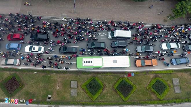 Những tình huống buýt nhanh BRT bị ôtô, xe máy cản trở - Ảnh 5.