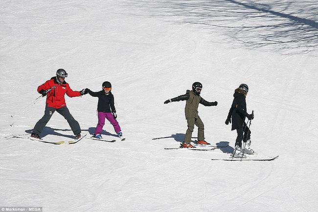 Angelina Jolie trượt tuyết với các con sau tin đồn giảm cân còn 34 kg - Ảnh 4.