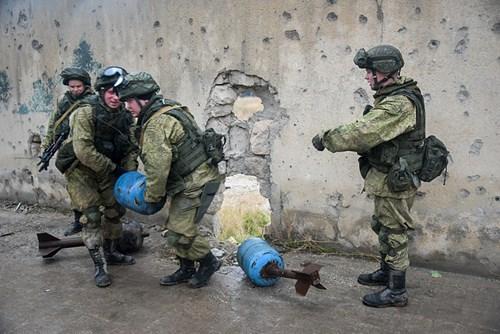 Công binh Nga cày xới từng mét đất Aleppo - Ảnh 3.