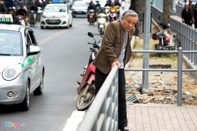 Hành khách lúng túng tìm lối ra vào nhà chờ buýt nhanh BRT - Ảnh 4.
