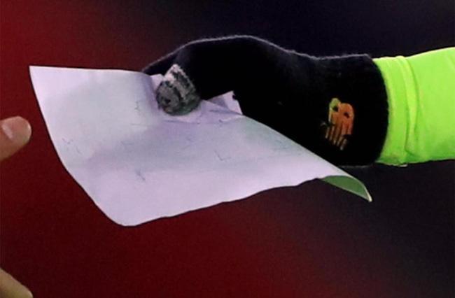 HLV Klopp đã viết gì trong mảnh giấy bí hiểm gửi cầu thủ Liverpool? - Ảnh 3.