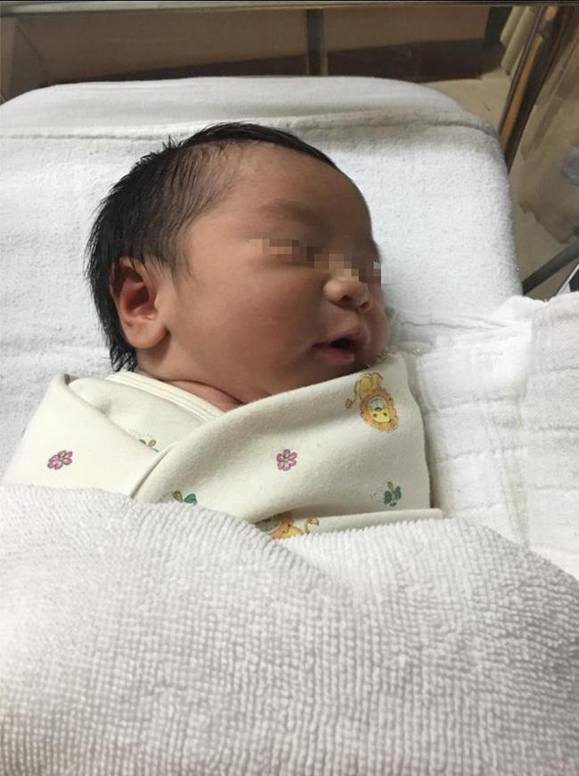 Đứa trẻ sơ sinh ngủ giữa đống tiền và nguyên do khiến nhiều người không khỏi ngao ngán - Ảnh 4.