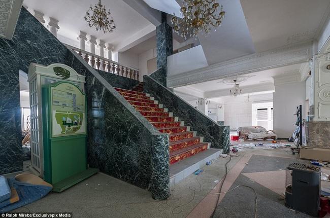 Cảnh hoang tàn ở khách sạn từng lớn nhất Nhật Bản một thời - Ảnh 4.