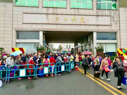Du khách Trung Quốc kẹt cứng cửa khẩu Móng Cái và vịnh Hạ Long - Ảnh 4.