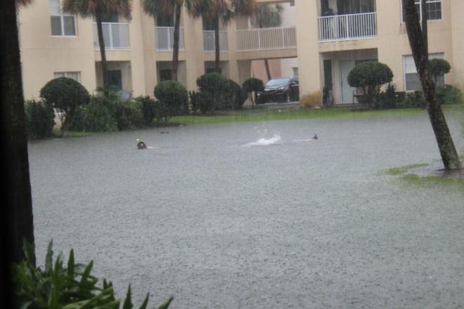Loạt ảnh các dân chơi trời bão: Mưa gió cũng không làm nhụt chí ra ngoài đường - Ảnh 4.