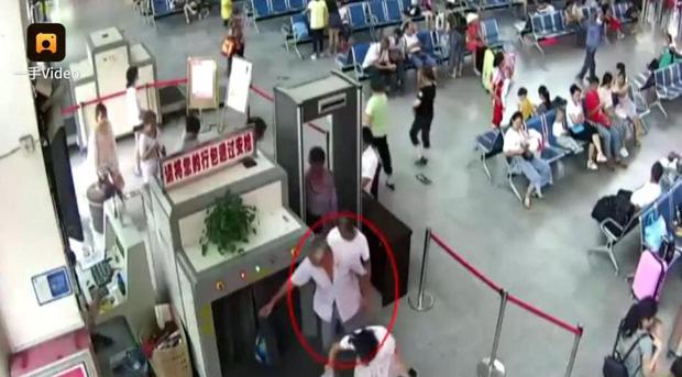 Khách để đồ lên máy soi, nhân viên an ninh bàng hoàng phát hiện ra 2 cánh tay người trong túi hành lý - Ảnh 4.