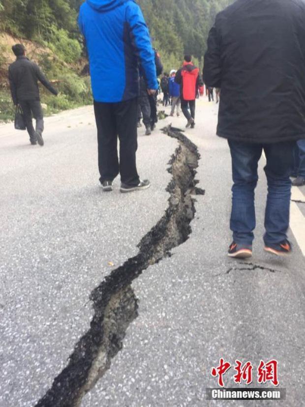 Những hình ảnh kinh hoàng ở thiên đường hạ giới Cửu Trại Câu sau vụ động đất 7 độ Richter - Ảnh 4.