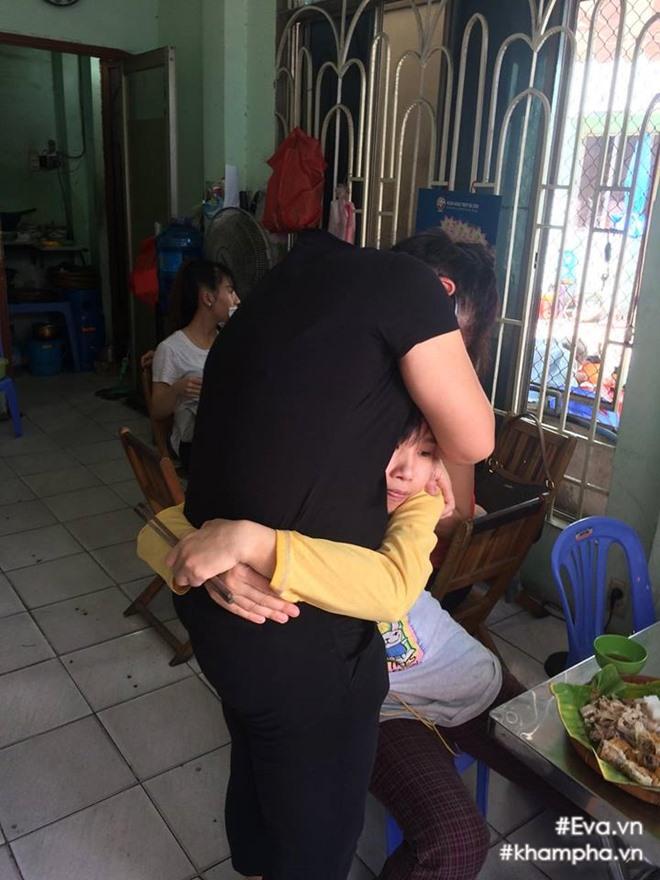 Mẹ Đông Hùng bật khóc trước việc con trai bị chủ nợ hành hung - Ảnh 4.