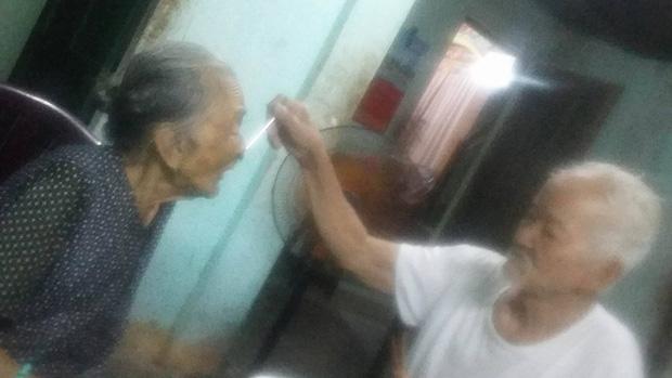 Chuyện tình 70 năm đẹp như giấc mơ của cụ ông trong bức hình tự tay cắt tóc cho vợ - ảnh 4