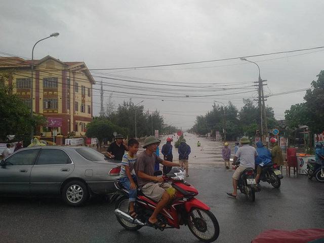 7 người thương vong ở Quảng Bình, 2 tàu chìm ở Quảng Ninh, Nghệ An - Hà Tĩnh tan hoang sau bão - Ảnh 4.