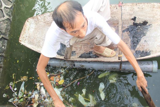 Hà Nội: Bao cao su nổi trắng một góc hồ Tây, người dân chèo thuyền ra vớt - Ảnh 4.