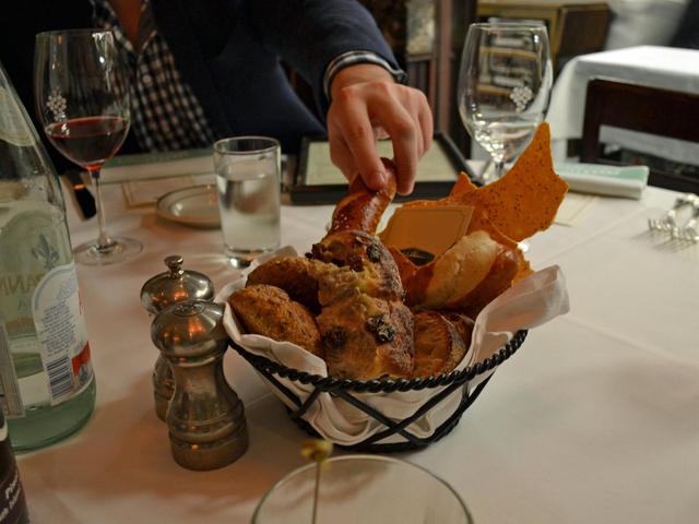 Có gì tại nhà hàng ưa thích của Warren Buffett tại New York, nơi nhiều người chi hàng triệu đô la để dùng bữa với tỉ phú giàu nhất thế giới? - Ảnh 4.