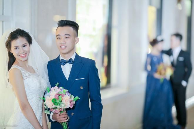 Hà Nội vào mùa cưới, một mét vuông mấy chục cô dâu chen nhau tạo dáng, bất chấp gió mưa - Ảnh 4.