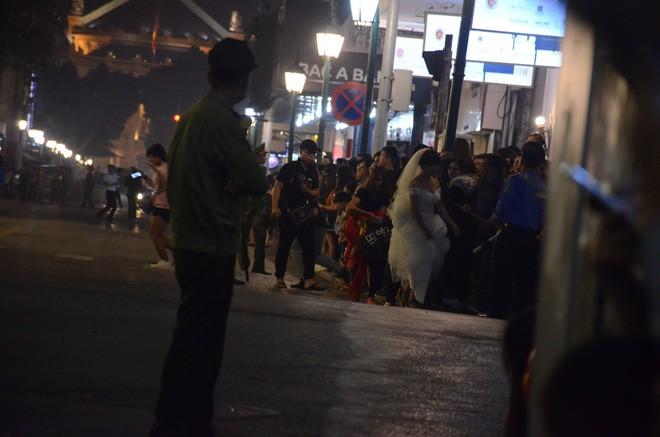 Nhiều cô dâu, chú rể bỏ chụp ảnh cưới để xem đoàn xe Tổng thống Donald Trump chạy trên phố Hà Nội - Ảnh 4.