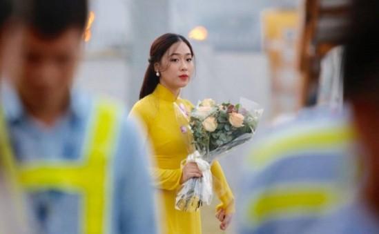 Cận cảnh nhan sắc thiếu nữ tặng hoa Tổng thống Trump ở Hà Nội - ảnh 4