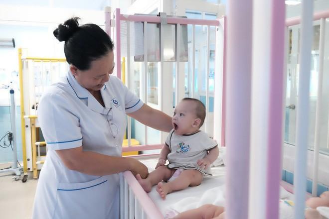 Bé trai bị vứt ở lề đường, kiến lửa bò đầy miệng, 7 tháng trời nằm trong bệnh viện ở Sài Gòn - Ảnh 4.