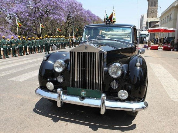 Hé lộ khối tài sản khổng lồ của Tổng thống Zimbabwe - Ảnh 4.