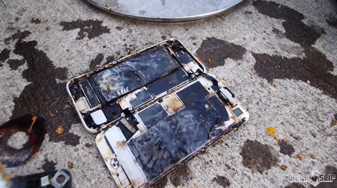 Tẩm bột chiên xù và rán iPhone 8 trong chảo ngập dầu và đây là kết quảl - Ảnh 4.