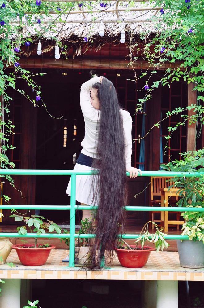 Cô gái Sài Gòn nuôi tóc dài 2m kiếm tiền triệu nhờ clip khoe tóc trên Youtube - Ảnh 4.
